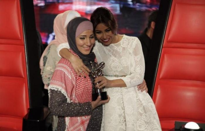 """في مؤتمر """"ذا فويس"""": نداء شرارة ترفض التعليق على حجابها وهذا ما قاله كاظم لشيرين"""