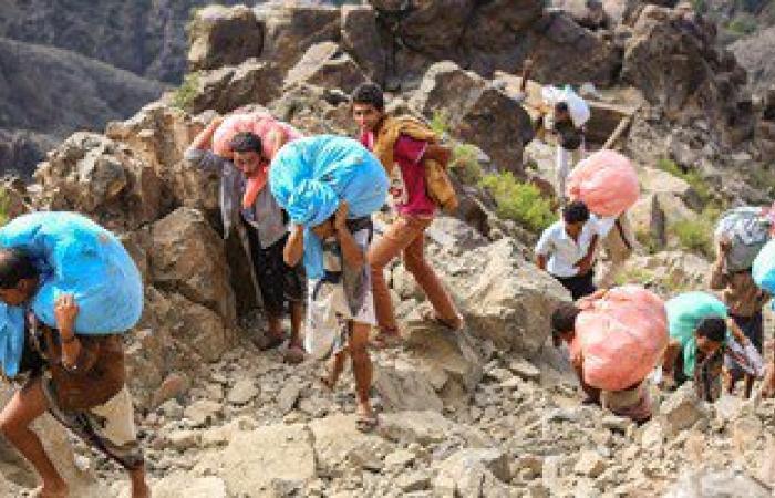 بالصور.. سكان تعز اليمنية يسلكون الجبال الوعرة لايصال مساعدات لمدينتهم