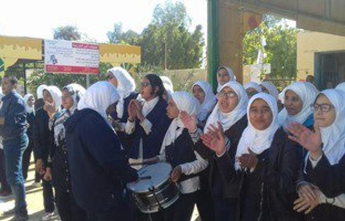 بالصور.. تشقق أسوار مدرسة نجيب محفوظ الثانوية بالخارجة يهدد الطالبات بالموت