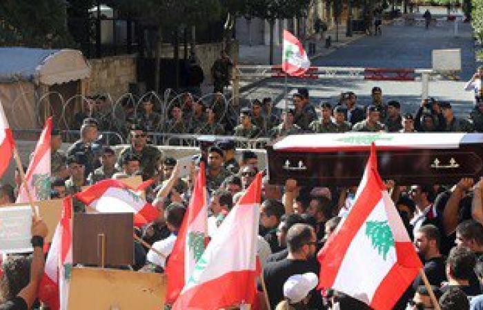 """""""بدنا نحاسب"""" اللبنانية تتظاهر احتجاجا على صفقة ترحيل النفايات"""