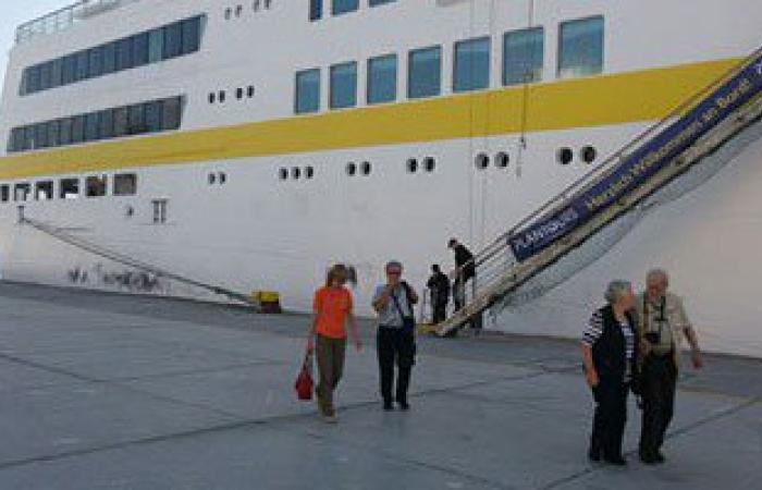 طوارئ بموانئ السويس لانعدام الرؤية وتعثر دخول سفينة سياحية لبورتوفيق