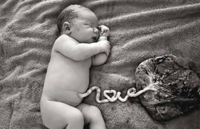 """صورة مذهلة لمولود متصل بالمشيمة والحبل السرى يرسم حروف كلمة """"love"""""""