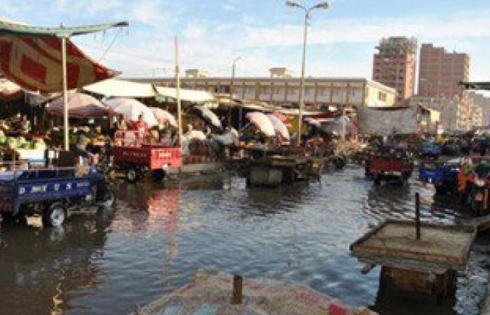 بالصور.. سوق الجمعة بالإسماعيلية يغرق فى القمامة ومياه الصرف