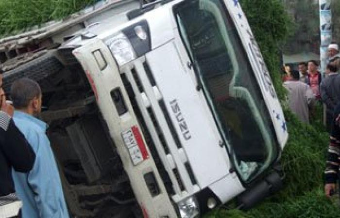 إصابة 12 شخصا فى حادث انقلاب سيارة بمنطقة سهل بركة بالفرافرة