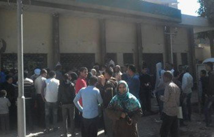 زحام حول مكتب بريد أسوان للحصول على استمارات وطلبات الشباب