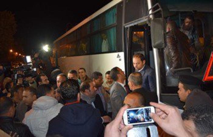 المصريون العائدون من ليبيا يتجهون لقريتهم بسمالوط بعد لقاء المحافظ