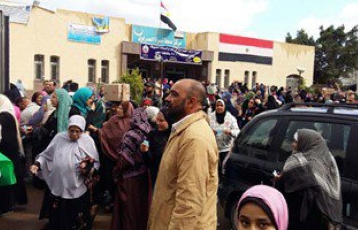 بالصور.. توزيع مواد غذائية وكشف مجانى على الأهالى فى قافلة خيرية بالإسكندرية