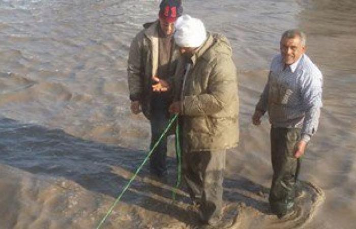 """بالصور.. """"الصرف الصحى"""" تكافئ 3 عمال لتفانيهم فى مواجهة غرق مدخل الإسكندرية"""