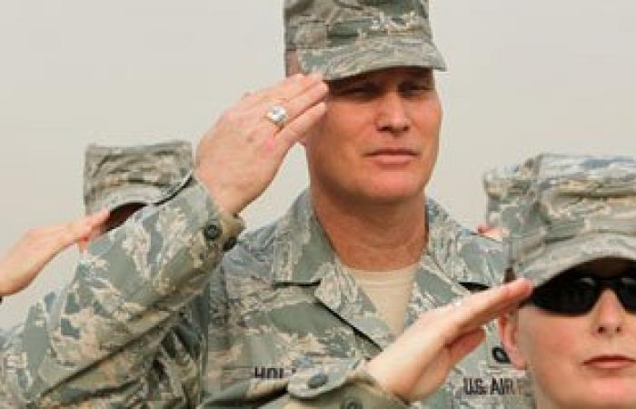 """بالفيديو.. جندى أمريكى """"يمرمط"""" كرامة جنود عراقيين أثناء تدريبهم بعد الغزو"""