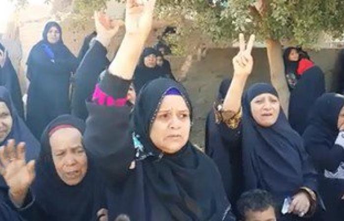 سيدات الجريدات بسوهاج يهتفن ضد الإخوان أثناء تشييع جثمان شهيد العريش