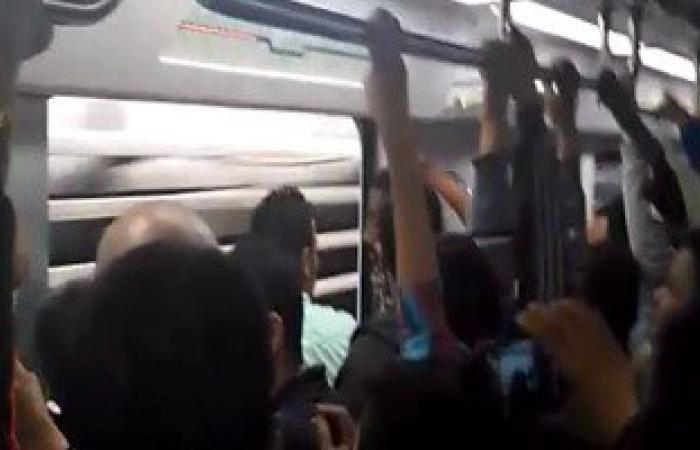 """بالفيديو.. أبواب المترو مفتوحة أثناء رحلته """"من غمرة للسيدة زينب"""""""