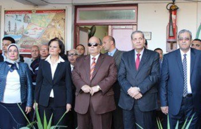 بالصور..وزير التعليم يحضر الطابور ويتفقد المعامل بمدرسة إعدادية فى المنصورة