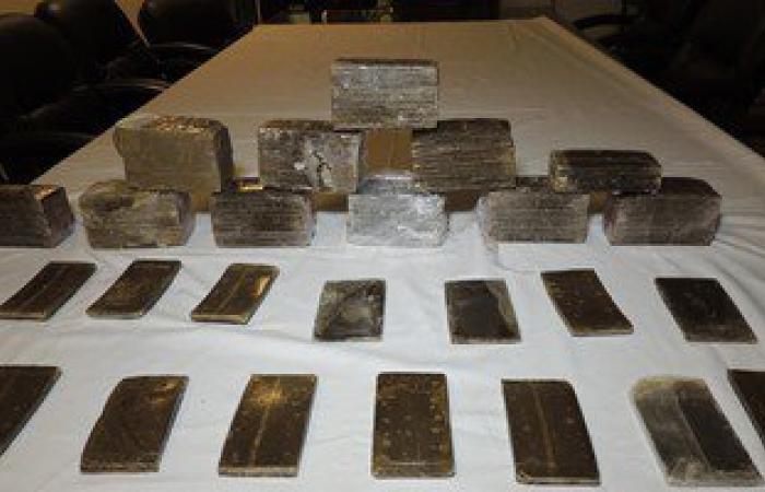 حبس 3 تجار مخدرات فى الدقى بحوزتهم 19 فرش حشيش وبندقية آلية وطلقات نارية