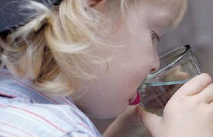 لو طفلك مدمن مياه غازية.. اعرفى السبب واديله ميه بلمون وفاكهة بالزبادى