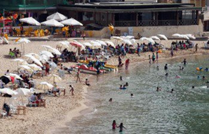 بالصور.. إقبال كبير على شواطئ الإسكندرية لمواجهة الموجة الحارة