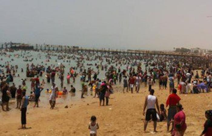 المواطنون يهربون من حرارة الجو لشواطئ السخنة