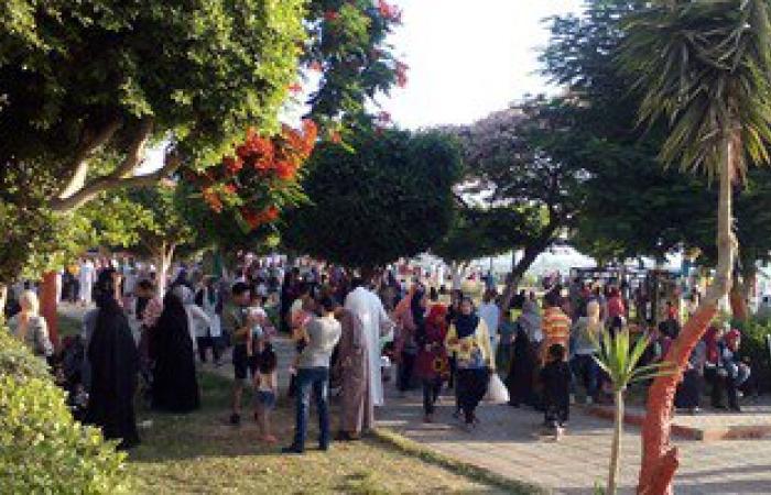 توافد أهالى وأطفال المنيا على كورنيش النيل والمتنزهات فى أول أيام العيد