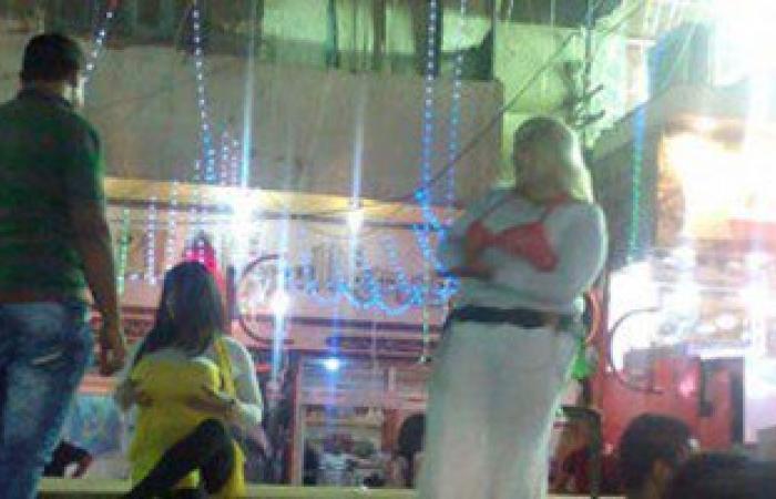 بالفيديو.. رجال يرتدون بدل راقصات فى افتتاح محل كشرى بالسويس