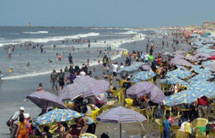 بالصور.. زيادة عدد المصطافين فى ثالث أيام العيد على شاطئ بورسعيد ورأس البر
