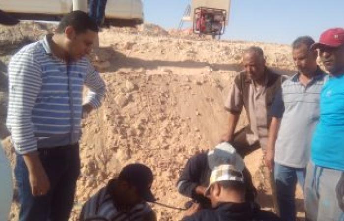 بالصور.. مهندسو المصرية للاتصالات بالوادى الجديد يصلحون كابل كمين النقب