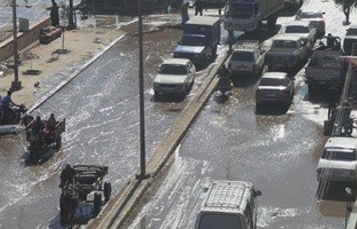 زحام مرورى بطريق الواحات بسبب كسر ماسورة مياه