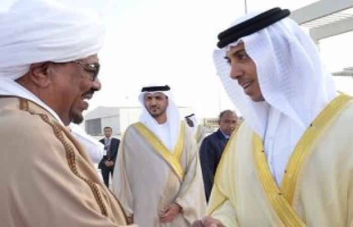 الشيخ منصور بن زايد يستقبل الرئيس السودانى بمطار أبو ظبى