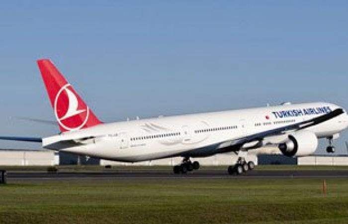 إلغاء رحلة الخطوط التركية بعد اصطدام سيارة تحميل الحقائب بباب الطائرة