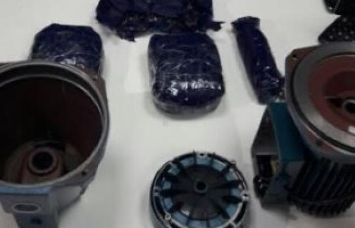 "بالصور.. سلطات المطار تضبط 8170 قرصًا مخدرًا داخل ""موتور مياه"""