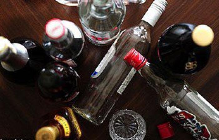 ضبط مصنع لجمع زجاجات الخمور وإعادة تعبئتها بمنتجات مغشوشة