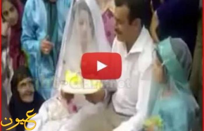 شاهد بالفيديو .. عريس يضرب زوجته بالجزمة في الكوشة