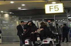 مصطحبًا دينا في المطار.. عمرو دياب يخفي وجهه عن كاميرات التصوير