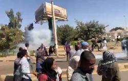 الشرطة السودانية تطلق قنابل الغاز قرب عزاء شاب قتل خلال الاحتجاجات