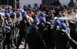 الجزائر.. الشرطة تكشف عن عدد المصابين والمعتقلين في مظاهرات اليوم