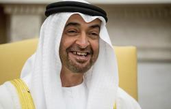 أثار جدلا واسعا... إعلامي إماراتي يقبل حذاء محمد بن زايد على الهواء (فيديو)