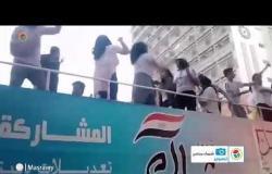 الاستفتاء  على أغاني المهرجانات، شباب يرقصون أمام إحدى اللجان