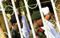 احتجاجات من رموز نظام البشير داخل السجن... والسماح للرئيس السابق بملابس خاصة