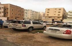 الدفاع المدني السعودي يتفقد شظايا طائرة بدون طيار بحي سكني
