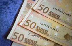 اليورو أدنى 1.12 دولار مع قوة العملة الأمريكية وتطورات اقتصادية