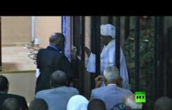 الصور الأولى للرئيس السوداني المخلوع عمر البشير من داخل المحكمة