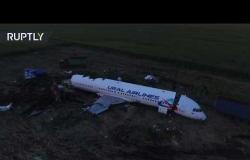 طائرة دون طيار تصور ما تبقى من الطائرة الروسية التي اصطدمت بالطيور وسقطت في ضواحي العاصمة