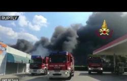100 رجل إطفاء يخمدون حريقا ضخما في معمل بإيطاليا