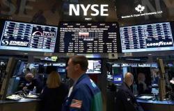 محدث.. الأسهم الأمريكية تهبط في الختام مع التطورات السياسية والتجارية