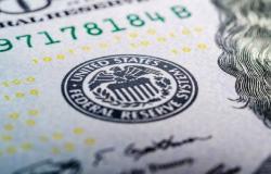 الدولار الأمريكي يرتفع عالمياً مع انتظار مستجدات التجارة والاقتصاد