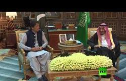 شاهد.. الملك السعودي يستقبل رئيس وزراء باكستان