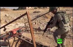 جنود أتراك يتفحصون نفقا شمال سوريا