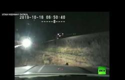 فيديو يظهر رجل شرطة ينقذ سائق سيارة عالقة في سكة حديدية في أخر لحظة قبل قدوم قطار