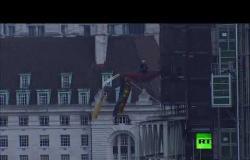 """شاهد.. متظاهر في """"هيئة جونسون"""" يتسلق مبنى مجاورا لـ """"بيغ بين"""""""