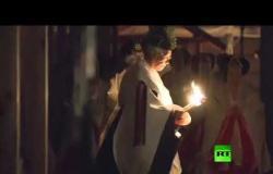الإمبراطور الياباني الجديد يقيم طقوسا ليلية بمناسبة اعتلائه العرش