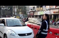 هندية تتبرع برقصة لتنظيم حركة المرور