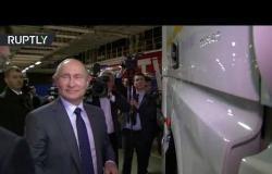 """شاهد.. الرئيس بوتين يهنأ عمال وموظفي شركة """"كاماز"""" ويصعد قمرة شاحنتها الجديدة"""
